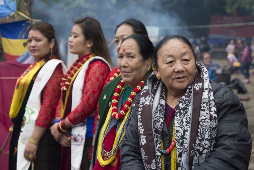 各年齡的女士穿上傳統的拉伊民族服裝,色彩鮮艷,憶記他們對故鄉的念想。