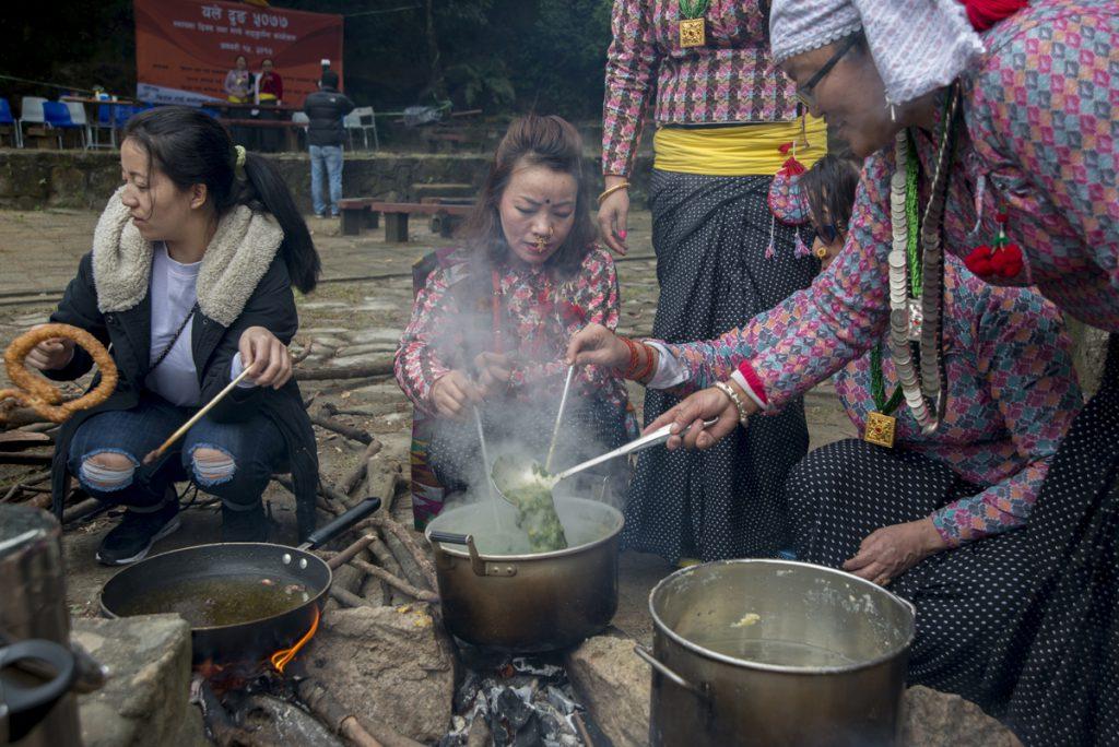 婦女們圍坐熬煮Rai族的傳統黑豆湯,男士則在另一邊分發奶茶。