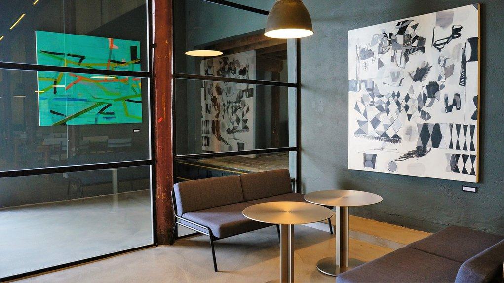 餐廳內,展示本地藝術家作品。