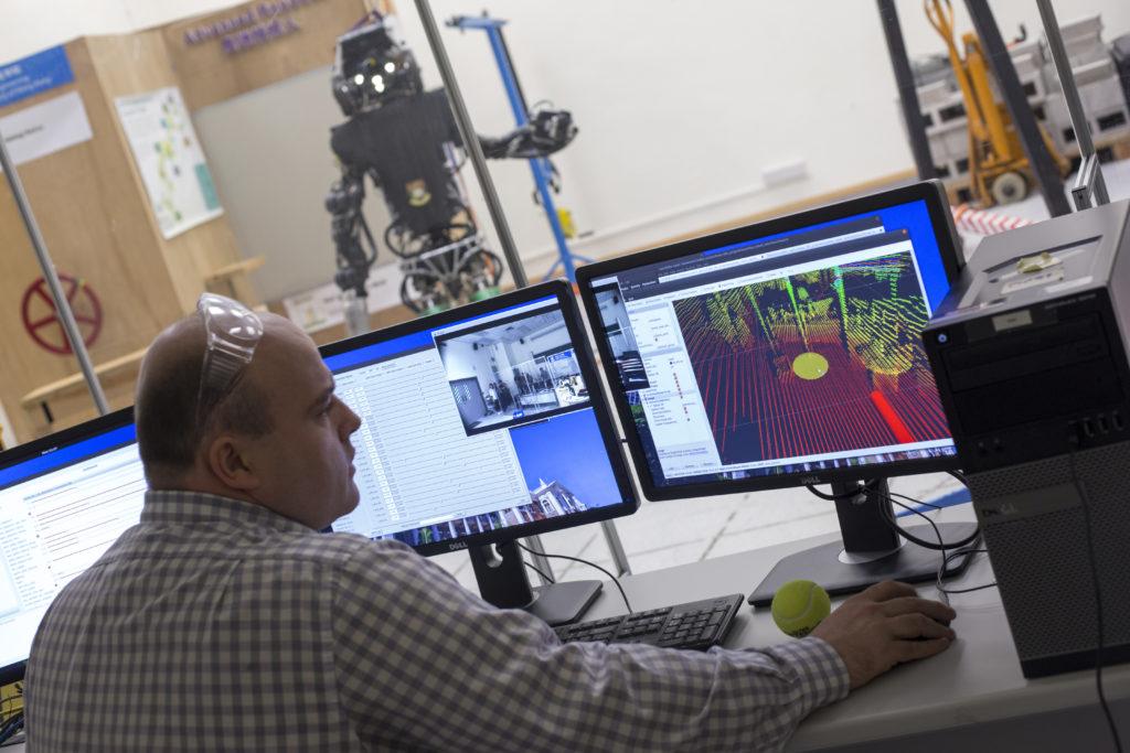 港大阿特拉斯機械人實驗室與助理教授羅博思。大學本科生以至博士生都可以參與編寫機械人程式,訓練機械人做新動作。