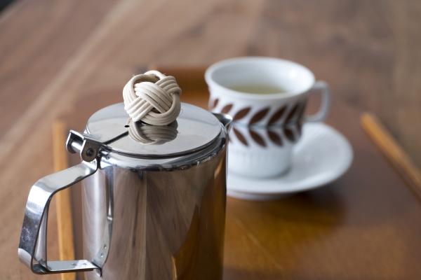 Made in Hong Kong的不銹鋼茶壺配上Loching親手製作的小藤球裝飾,一點也不遜色。