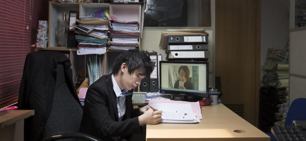 十九歲的楊子軒正在服刑,朋友沈泰鋒正忙於為他申請上訴保釋。