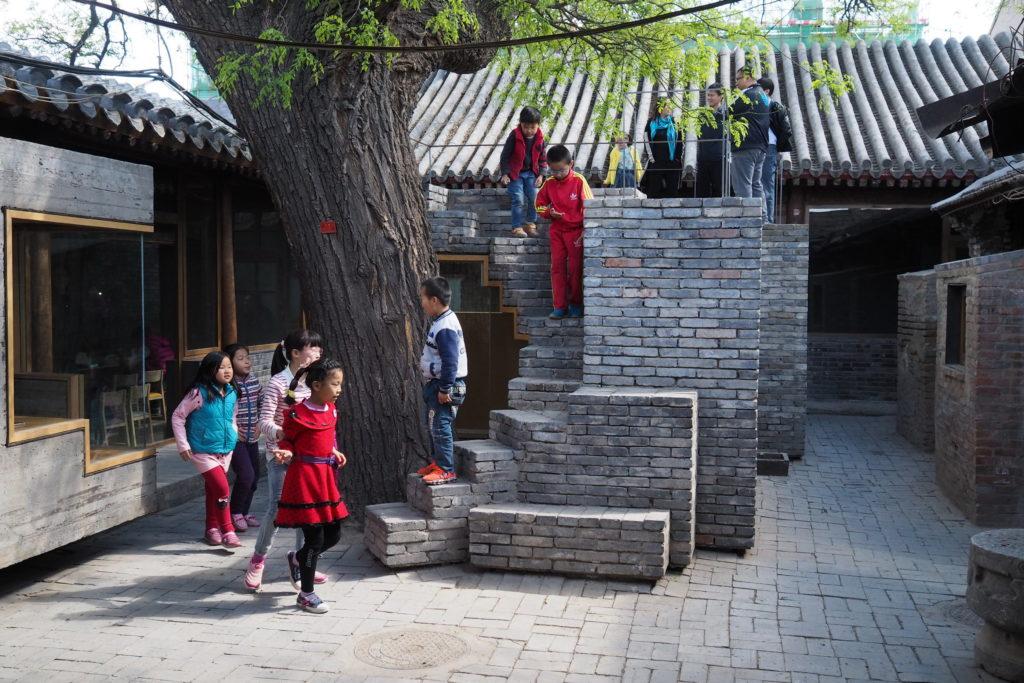 改造胡同時,張軻運用獨創的「墨汁混凝土」及本地回收灰磚為建築材料,使新建築與周遭環境融為一體,呈現和諧自然之美。