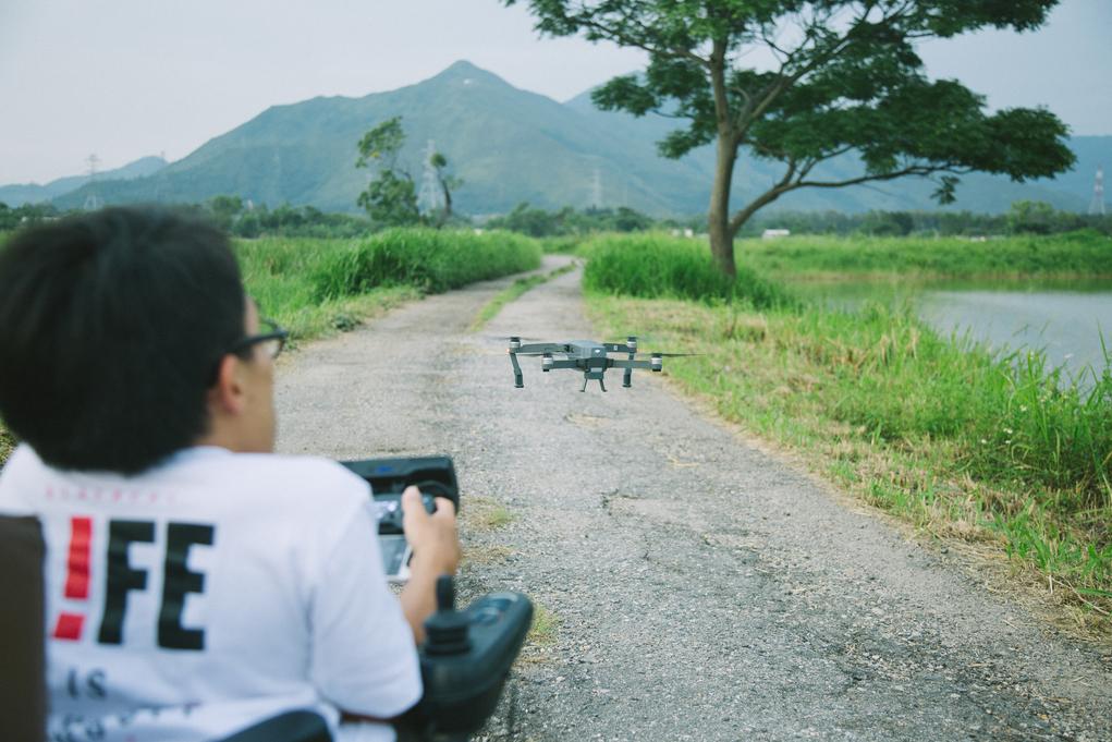 既然輪椅爬不上山頂,就以航拍機的鏡頭代替自己去看世界。