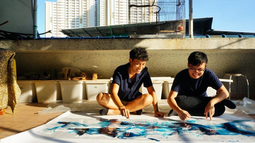 Rolland(左)與阿杰同樣熱愛創作,因為這次樹脂畫合作成為好友。