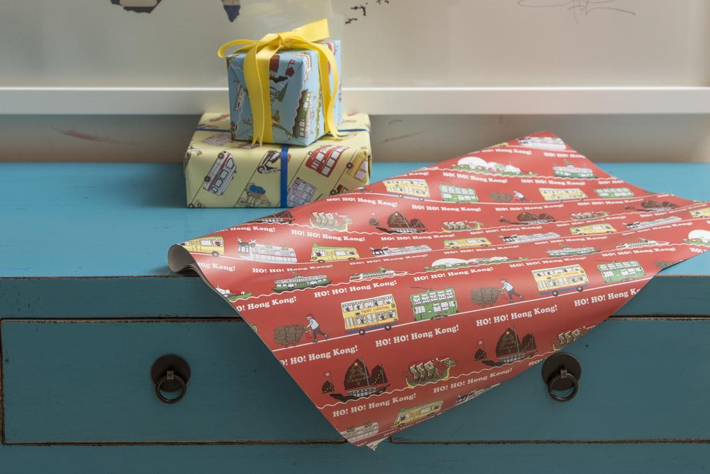 聖誕花紙印有推紙皮的婆婆、划龍舟的薑餅人等圖案,讓人欣賞本地物事。