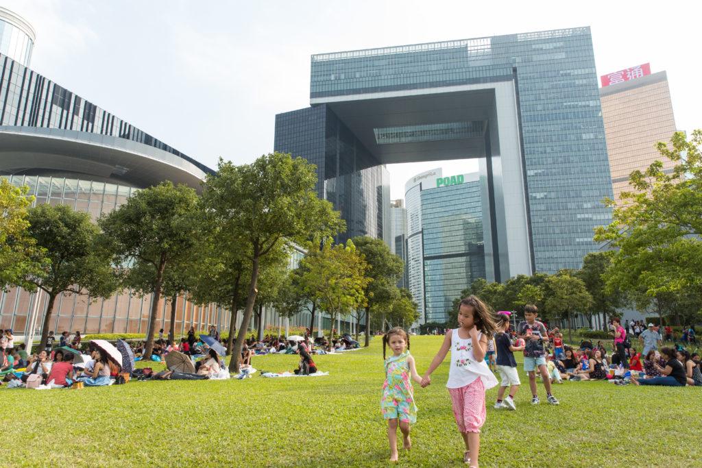 林鄭月娥2009年任職發展局局長時將環保建築概念引入香港政策,新一份施政報告亦推出三項措施間接或直接推動本地綠色建築。