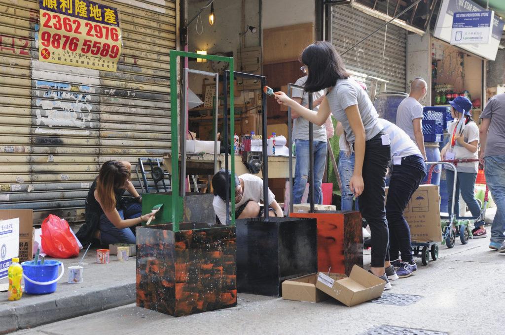 一眾學員為花盆添上鮮艷色彩,一來引人注意,二來美化街道。