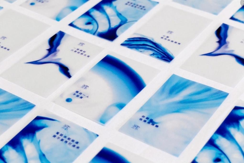 以牛奶、洗潔精混合而成的液體,畫面變化每分每秒都不會重複,阿杰把這些影像製成卡片。