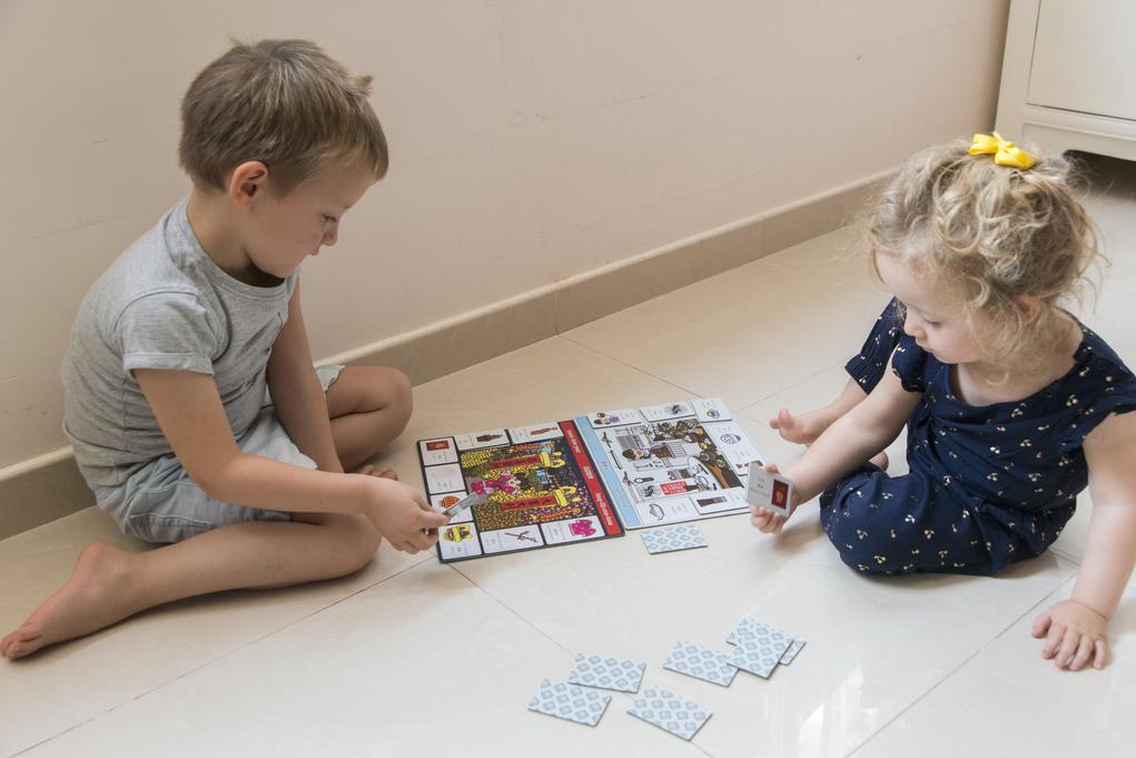 玩家各用一張情景板,最快配對完所有物件詞語卡者勝。