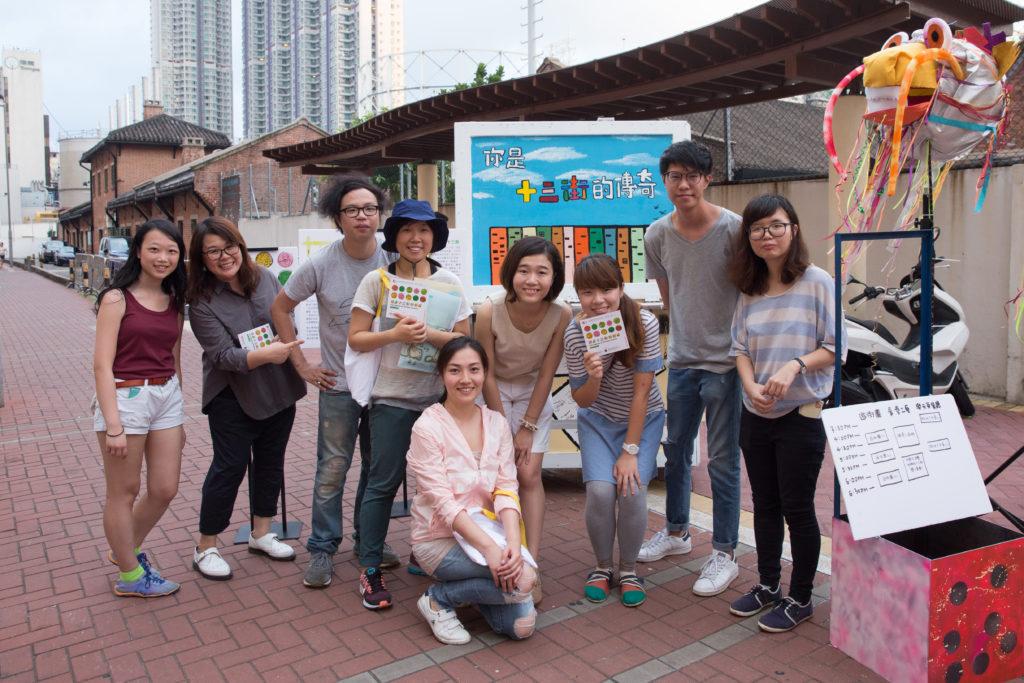 (左起)城市創作實驗室成員Lesley、明愛九龍社區中心社工Tammy、城市創作實驗室創辦人黃宇軒、創不同協作策劃人Helen,以及學員Helen、Mandy、Yuki、Andy和Sze Yan。