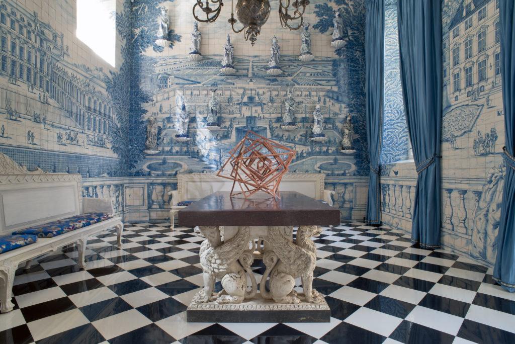 黎宅第設有藍白瓷磚主題房間,圖案主題是法國寓言中的工匠和其他角色。
