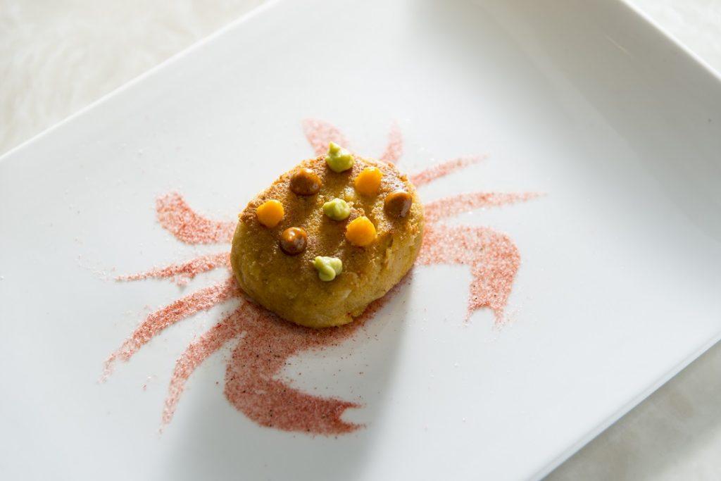 大閘蟹蟹餅配蔬菜蓉、櫻花蝦粉 以大閘蟹肉再加上松葉蟹肉做成意式蟹餅,並放入大閘蟹蟹膏,三種層次。