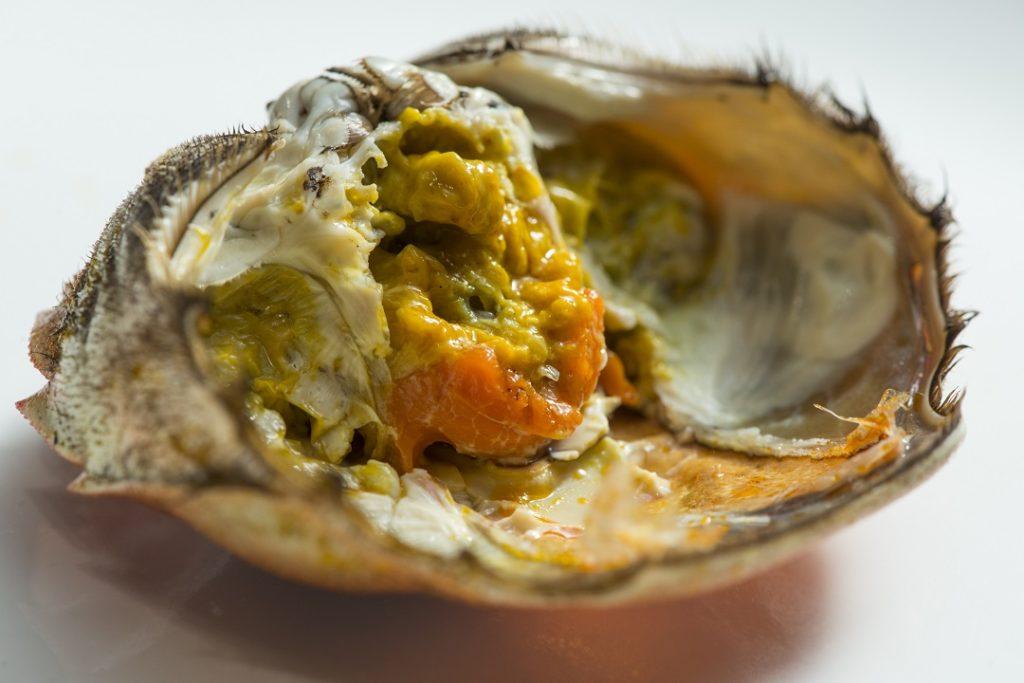 每隻重約四兩半的雌蟹,成本已比去年貴一倍。(六道菜菜單$788一位/帝京軒)