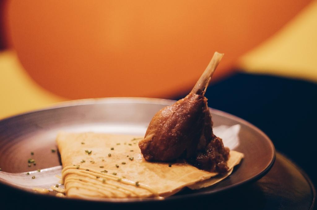 Crêpe Française Savoury($ 89)//  店內招牌的手撕油封鴨肉可麗餅。隨碟附上一隻完整的鴨腿,以洋蔥醬和百里香伴碟。