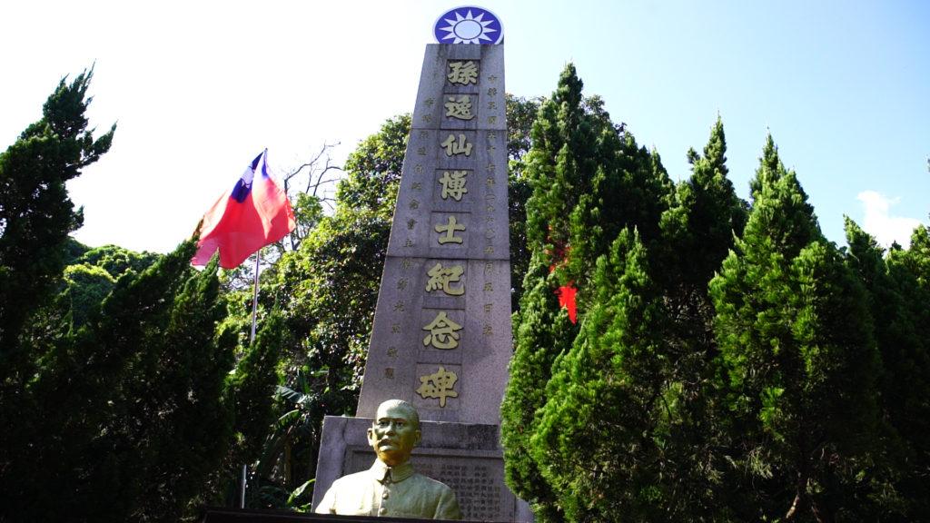 中山公園廣場是少數在九七主權移交後,仍能掛滿旗海的地方。