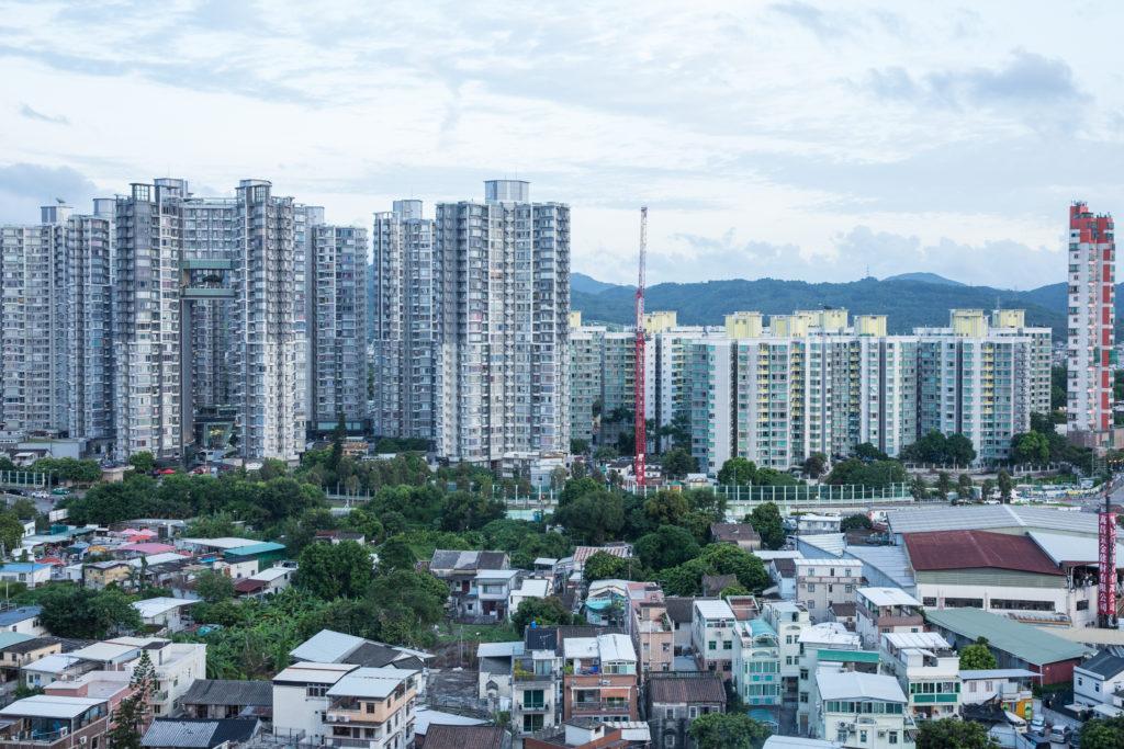 香港有逾四萬二千棟私人建築物屬既有建築,由於舊樓業權分散增添變綠的挑戰性,但同時亦是未來香港綠色建築發展的新動力。