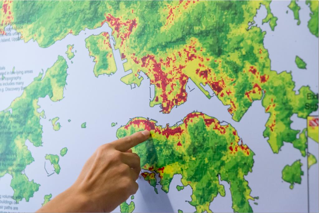 恩融曾為政府研究香港空氣流通性,他建議在紅點位置,即通風較差的地區避免再興建屏風樓。