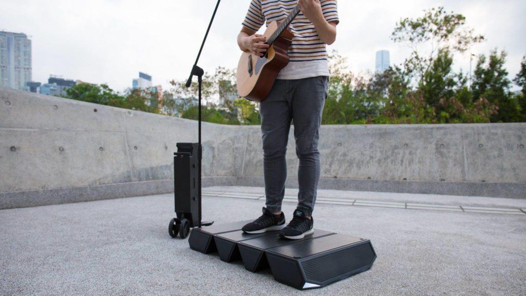 一個行李箱齊備喇叭、咪線、舞台等用具,拉動方便。