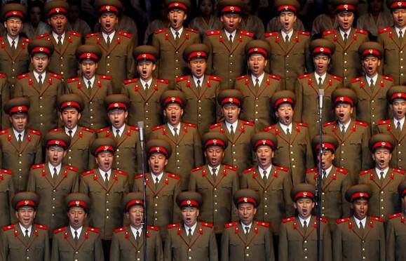 展覽的其中一幅照片拍攝眾多北韓軍人的圖片,是他最近一本攝影集的封面照片。