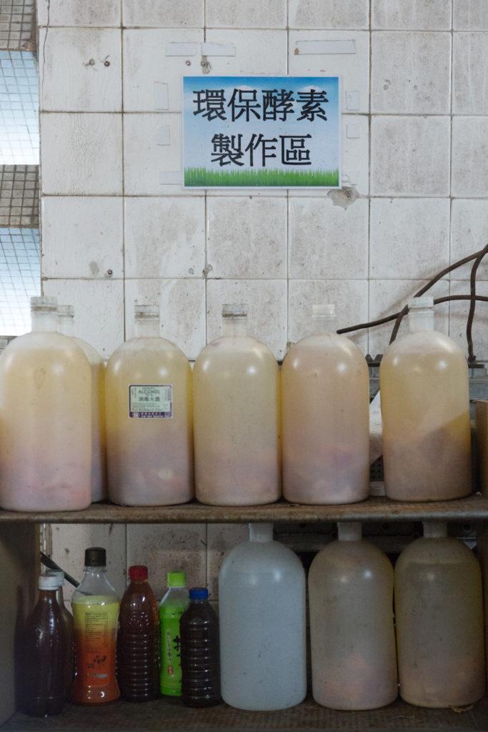 在置富花園,由果皮及廚餘發酵而成的環保酵素,除了可用作屋苑清潔減省開支外,更可以重用膠樽,一舉三得。