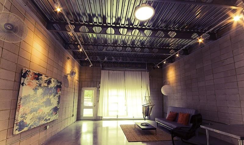 目房屋內部裝潢將採用工業風,暖色燈光、鋁製天花板與石屎磚牆營造黑灰格調開放式藝術家空間。