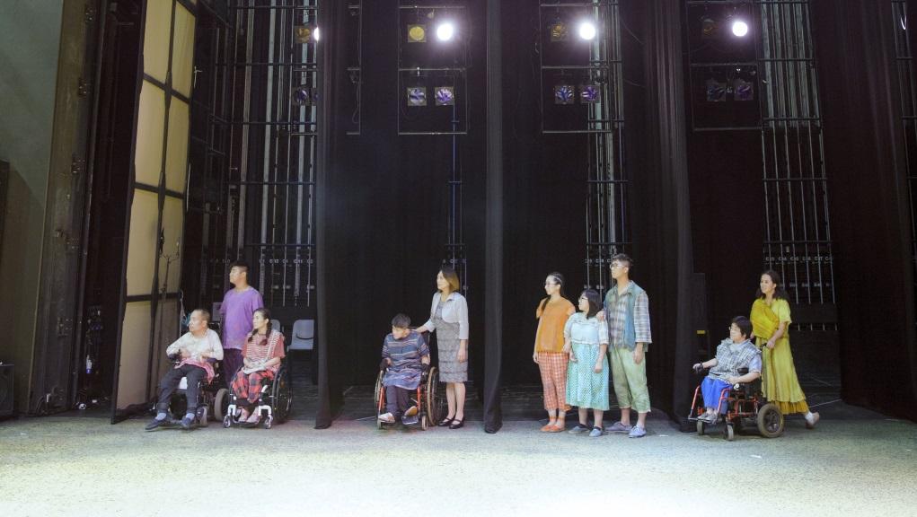 《燈亮時》紀錄糊塗戲班無障礙劇團的訓練與演出綵排。