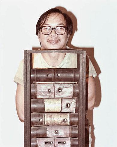 夏碧泉和他其中一件雕塑作品。