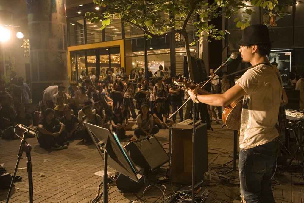 在藝術中心門外舉行的街頭音樂系列,可以算是香港利用公共空間作藝術活動的成功案例。