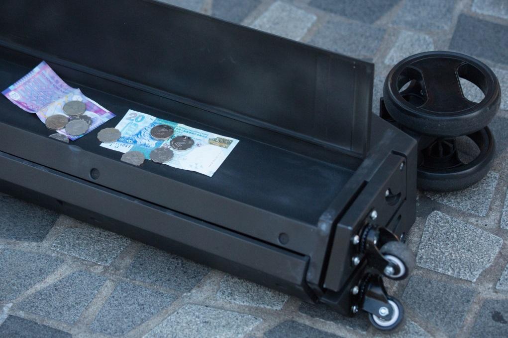 拉捍部分也是抽屜,用以放置捐款和待售的光碟。