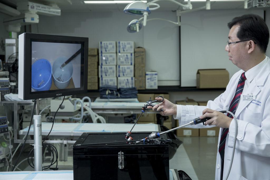 Simon(後右)主要教授醫學院nal year,但如是醫學院進入收生程序,這便要花多點時間在行政工作上,而臨牀時間相對減少。