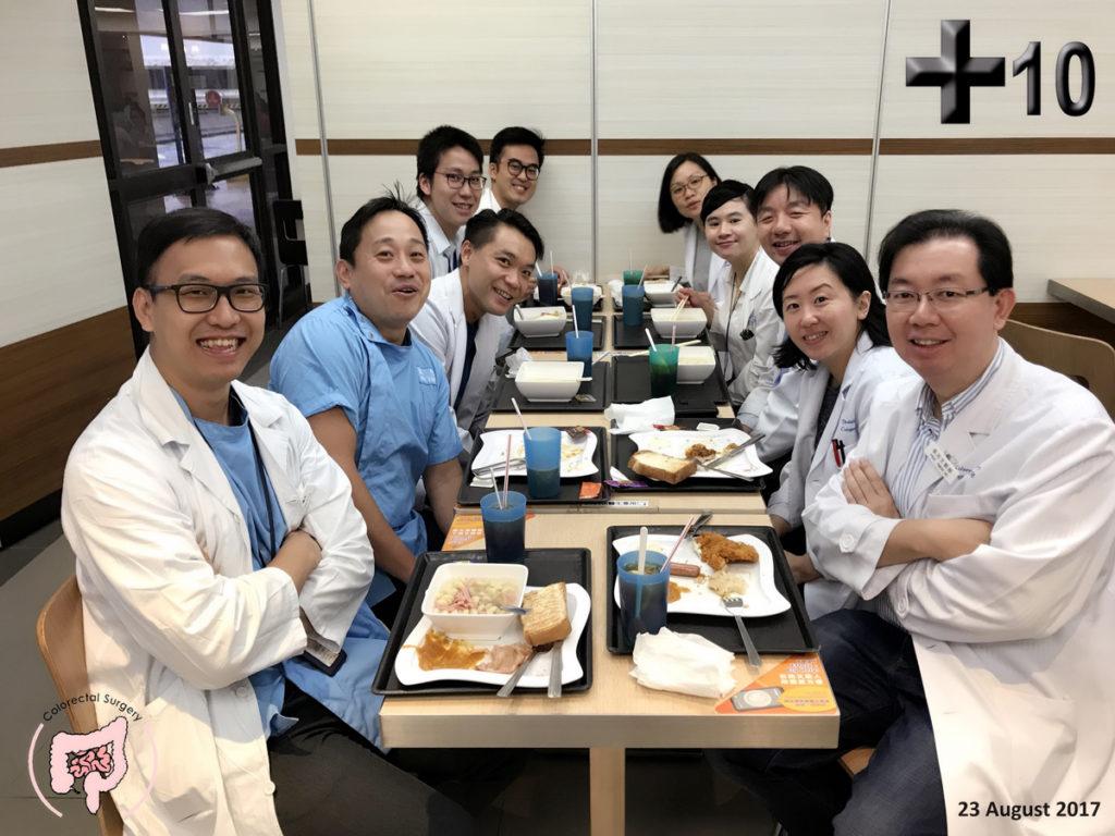 (左)Simon 所屬的團隊共有九位同事,感情要好又有默契,就算十號風球也一起回醫院開會及吃早餐。