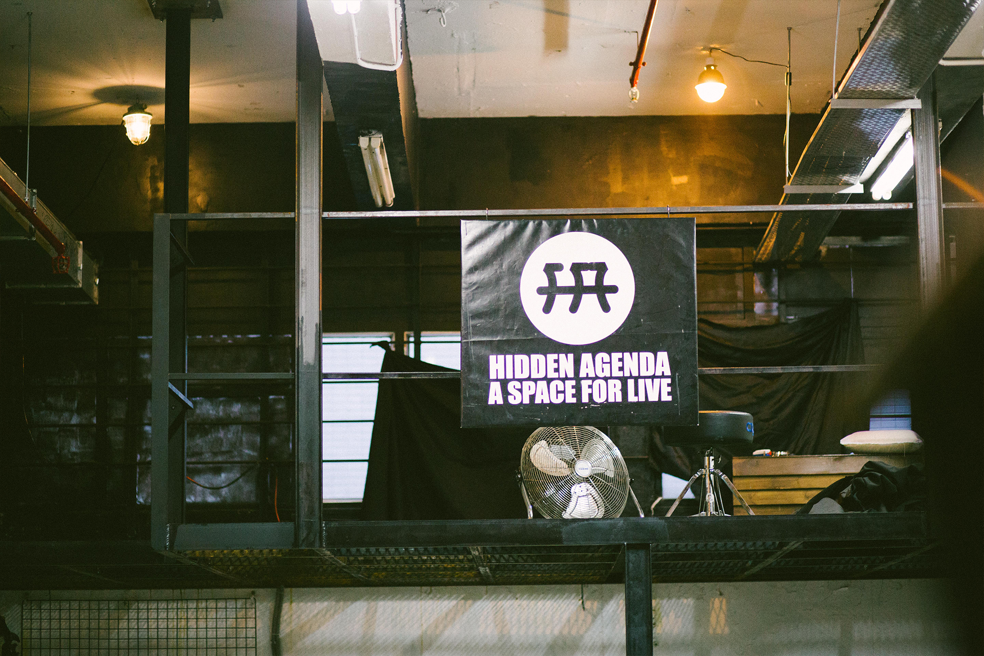 「Hidden Agenda -A Space For Live」的小橫額