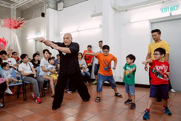 去年,客家功夫師傅王耀球與小朋友分享功法、手法、步法等基本功架。
