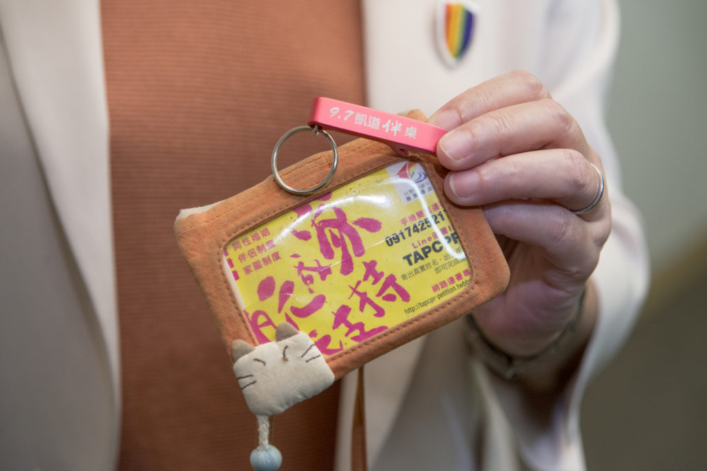 許秀雯的悠遊卡套內,放了伴侶盟的多元成家宣傳卡片,她還帶着凱道千人桌的隨身開瓶器。