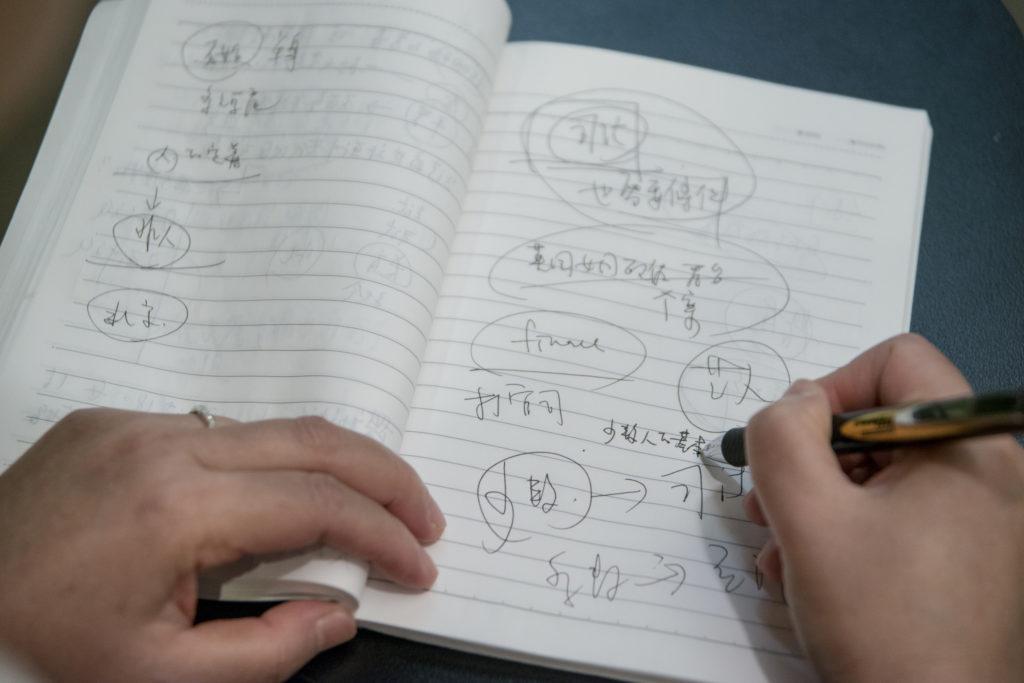 認真的許秀雯,在出席座談會的時候也會在筆記本上記重點。