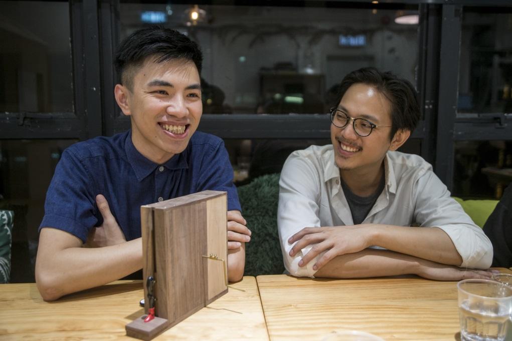 木工組合「廿一由八」品牌創辦人Thomas為藝術畢業生謝俊昇(左)提供木材與器材。