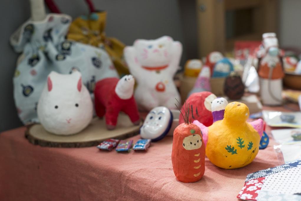 紙糊玩偶都是以回收廢紙再造而成,感靈來自日本傳統鄉土玩具。
