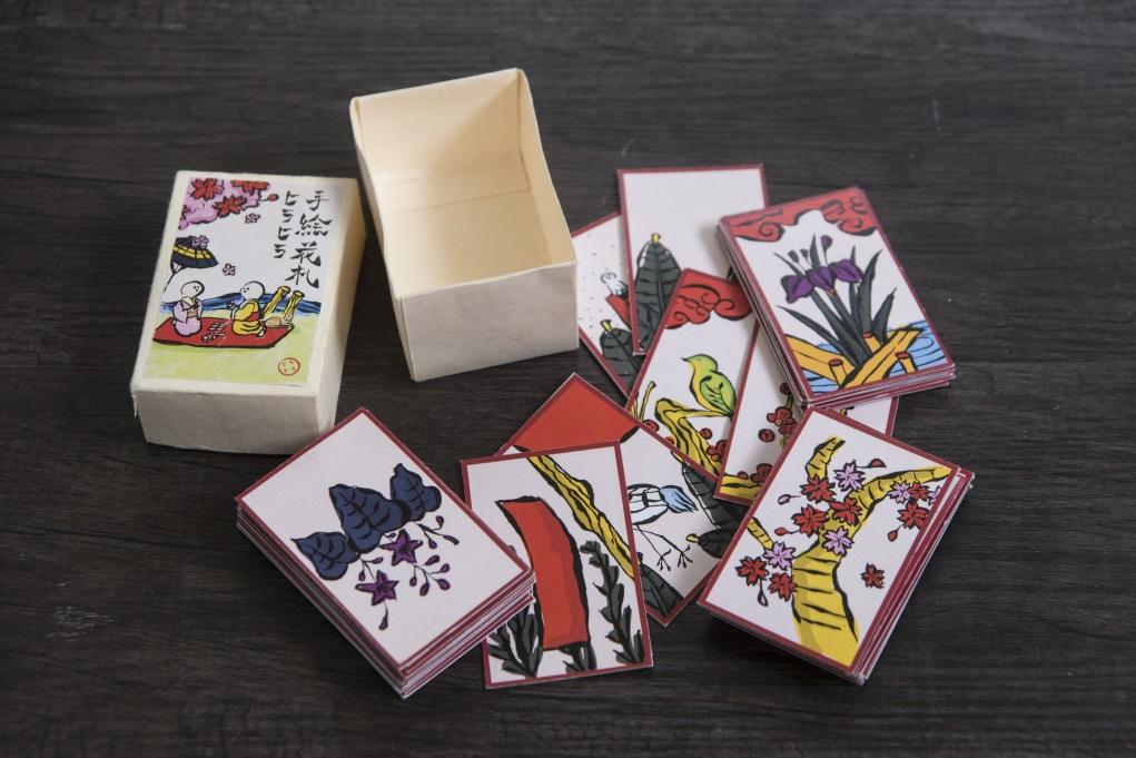 親手繪畫的日本傳統民間紙牌遊戲「花札」,畫有櫻花、菖蒲等植物圖案。