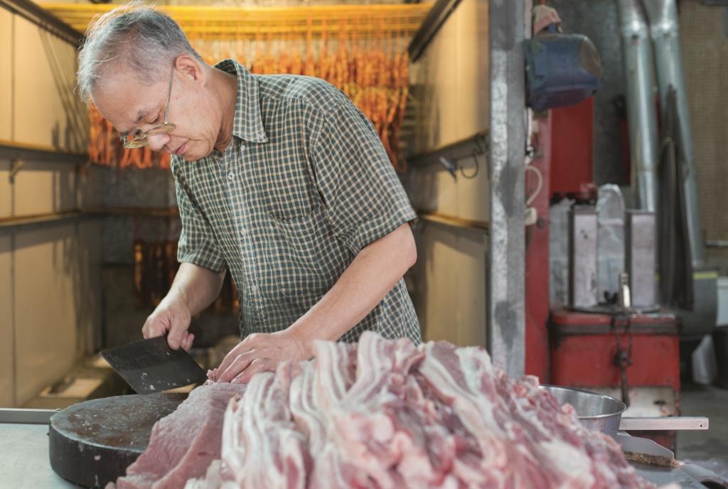 大片豬腩肉,買回來後要因應形狀大小加以切割, 有時單是準備功夫便得花上一整天。