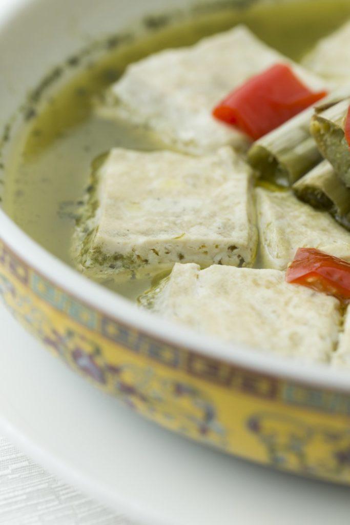 放於中間的正是製作臭滷水的莧菜梗,配搭蒸臭豆腐,確是一絕。