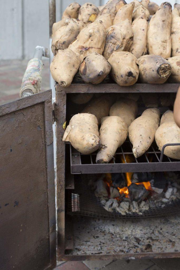 以數條大坡炭烤焗蕃薯,適時替它們一一轉身,要花上兩、三小時。