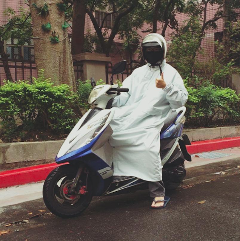 發起人莊麒勳於今年毅然辭職,研發出第一件棉製雨衣並親自穿上示範。