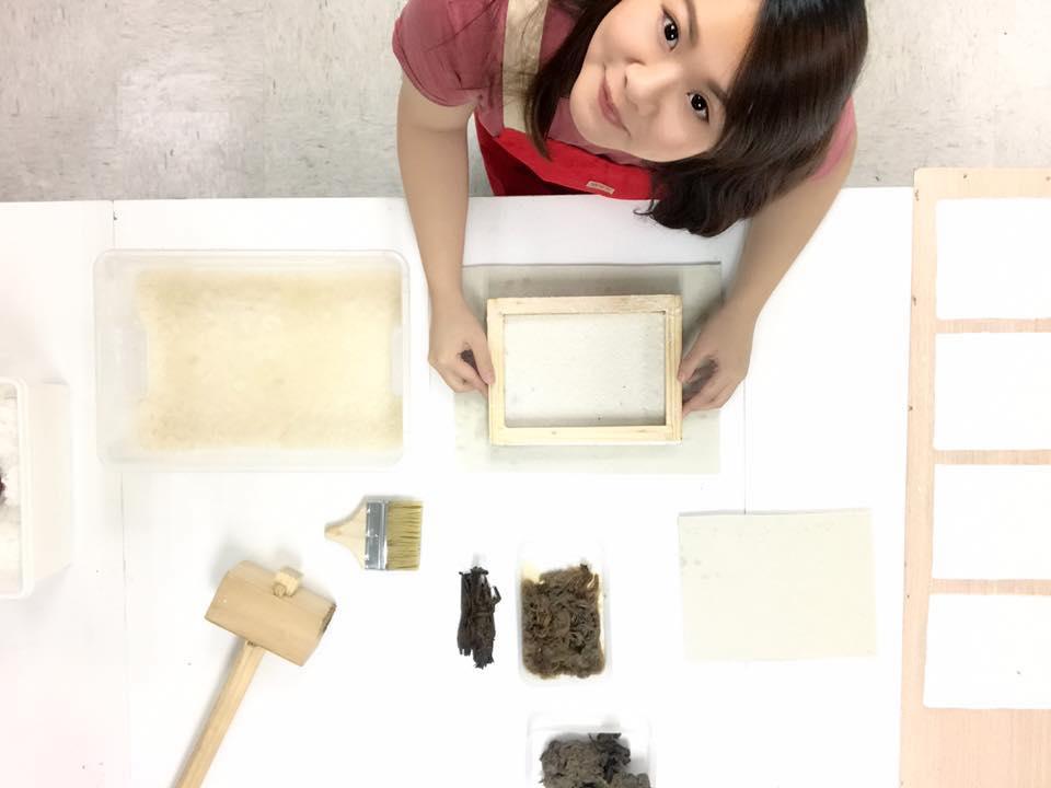 紅彤彤強調手工紙的質感和觸感獨特,是機器無法取代的。坊間很多書法家或者對紙質敏感度高的設計師因此會選用手工紙來突出創作效果。