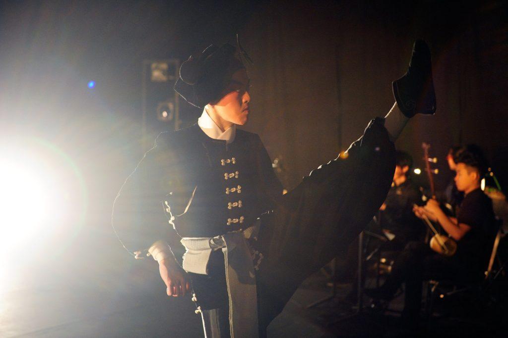 有別於一般戲曲表演,樂師躲在一角,《俺‧武松》屬獨腳戲,演員與樂師在同一舞台上表演。(綵排攝影: Jesse Clockwork)