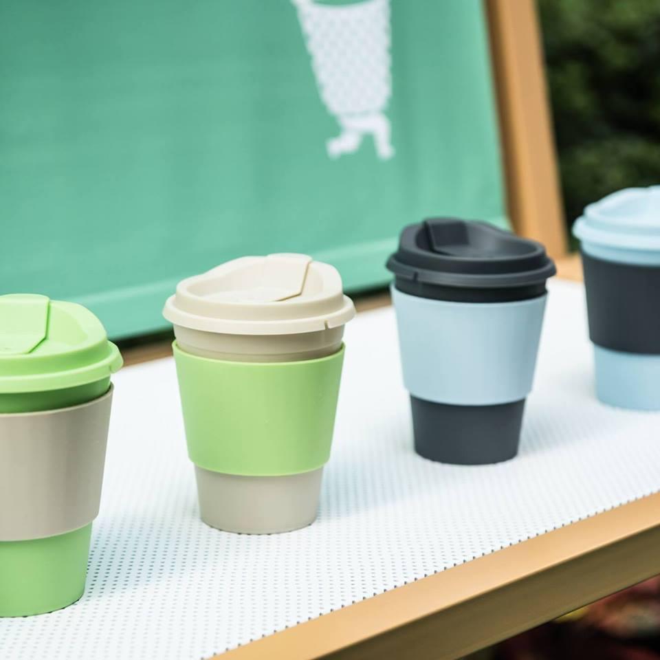 三人特別跟環保團體「走杯GOCUP」合作,場內出售的咖啡,都用可重用膠杯代替即棄紙杯。