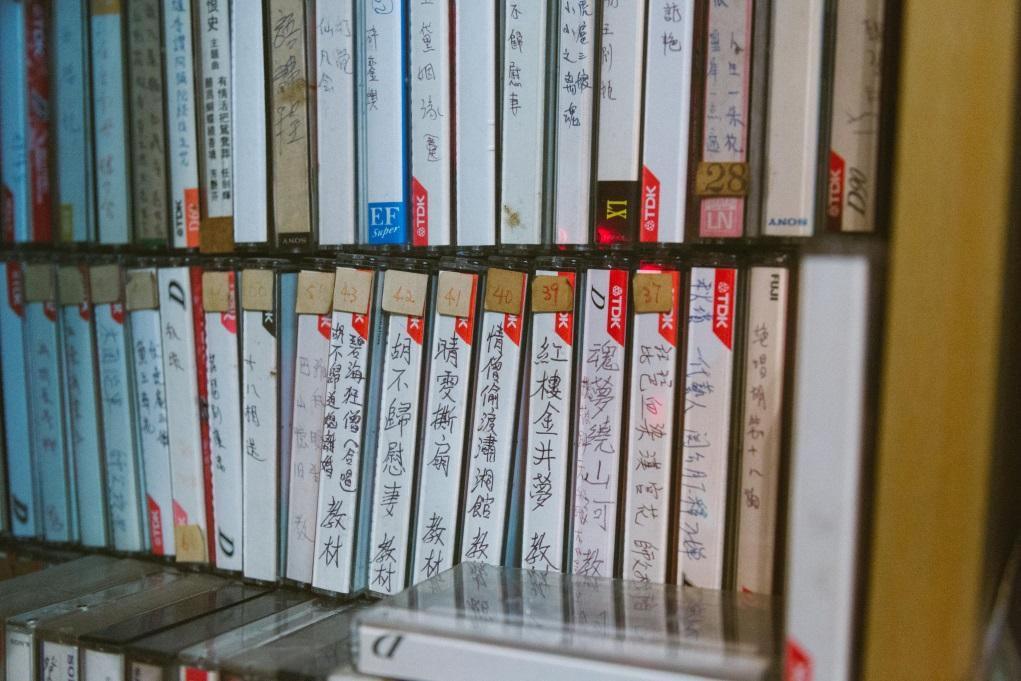 志江的家中有很多粵劇卡式帶,充滿歷史痕跡。