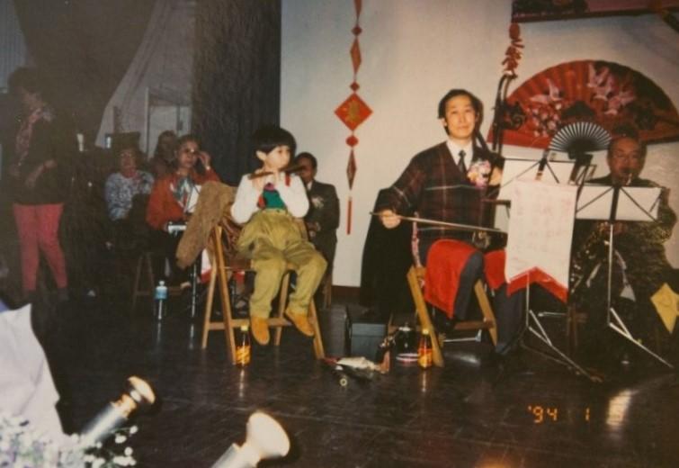 九歲的志江已跟住擔任頭架的爸爸陳伯定四出表演。