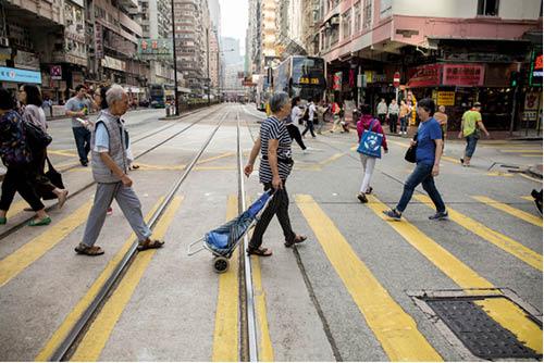 陳太出街,陳生大部分時候都「跟到實」。