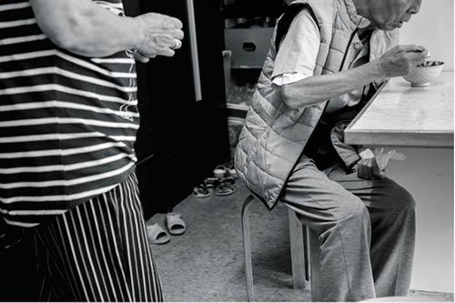 陳生胃口不好,吃不多,陳太煮麥皮給他補充體力。